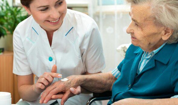 experto-atencion-enfermeria-paciente-hospitalizacion-domiciliaria-5